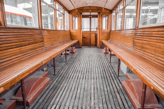 Autobusy i tramwaje w magazynie za obsługę i przygotowanie do jazdy po mieście