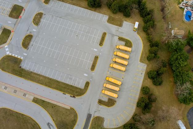 Autobusy szkolne na parkingu szkolnym w pobliżu liceum