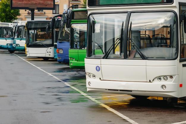 Autobusy turystyczne na parkingu
