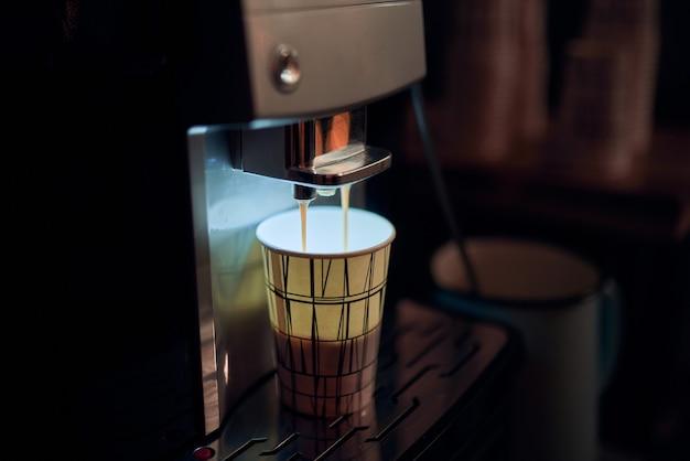 Automat do kawy i papierowy kubek nikt