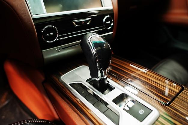 Automatyczna dźwignia zmiany biegów nowoczesnego samochodu. nowoczesne detale wnętrza samochodu. zamknąć widok.