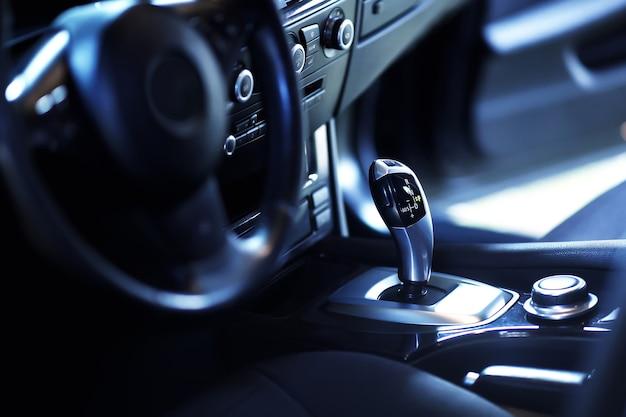 Automatyczna dźwignia zmiany biegów nowoczesnego samochodu, szczegóły wnętrza samochodu. luksusowe, nowoczesne wnętrze samochodu.