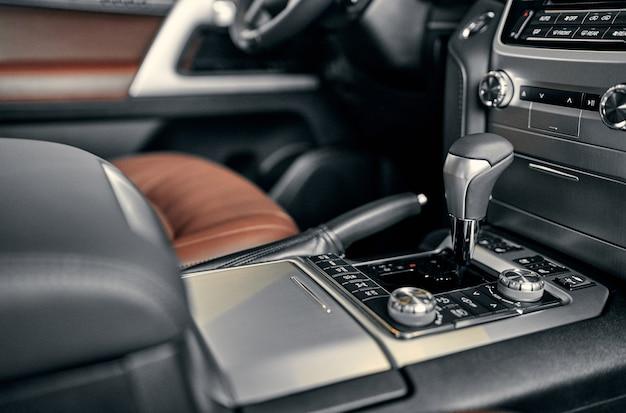 Automatyczna dźwignia zmiany biegów nowoczesnego samochodu, szczegóły wnętrza samochodu