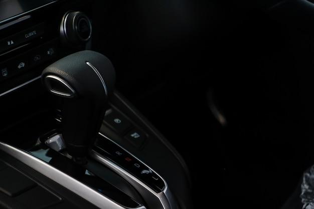 Automatyczna dźwignia zmiany biegów w nowoczesnym samochodzie sportowym.