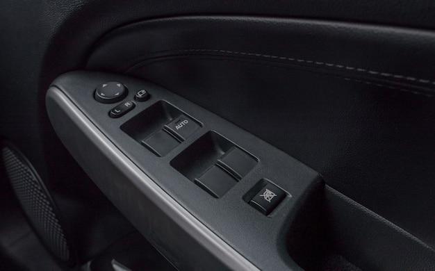 Automatyczna kontrola przycisku okna wewnątrz miejsca kierowcy.