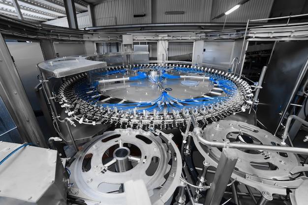 Automatyczna linia rozlewnicza do gazowanej wody mineralnej i piwa. produkcja piwa przemysłowego