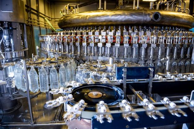 Automatyczna maszyna do napełniania nalewa wodę do plastikowych butelek dla zwierząt w nowoczesnej fabryce napojów