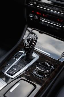 Automatyczna zmiana biegów w nowoczesnym samochodzie z bliska