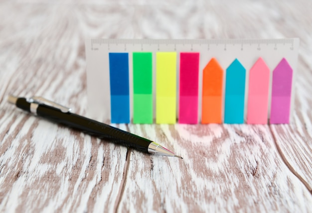 Automatyczny ołówek i kolorowe etykiety samoprzylepne na notatki, koncepcja biznesowa business