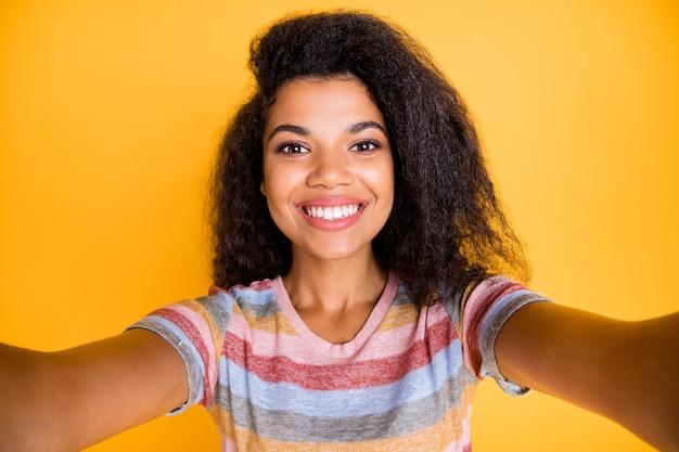 Autoportret afro-amerykańskiej dziewczyny zrobić selfie