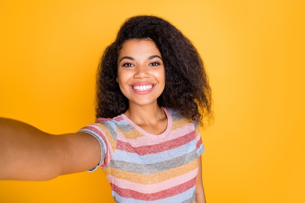 Autoportret dziewczyny o ciemnej karnacji zrobić selfie
