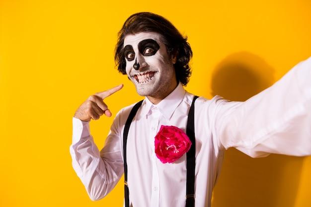 Autoportret ładnego przystojnego przerażającego złowrogiego wesołego wesołego faceta bawiącego się pokazując zęby promieniejące zdrowe emocje uśmiech na białym tle jasny żywy połysk żywy żółty kolor tła