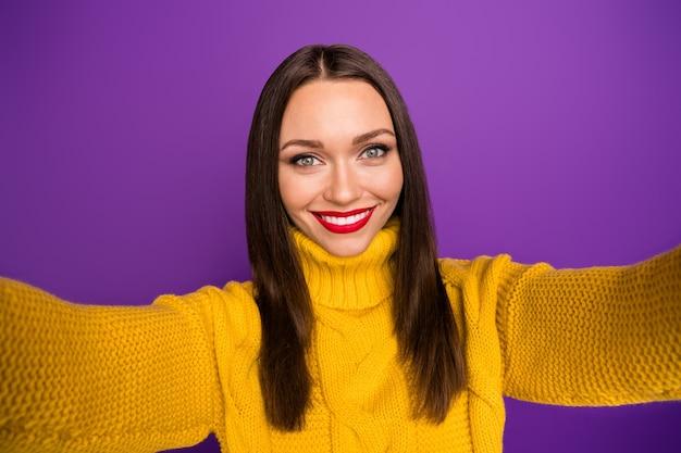 Autoportret wesoły pozytywny bardzo urocza kobieta uśmiecha się zębami biorąc selfie podczas relaksującej zabawy.