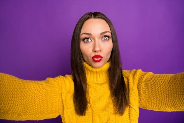 Autoportret z bliska portret wesoły pozytywny ładna kobieta całuje i biorąc selfie
