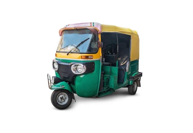 Autoriksza na białym tle. tradycyjny indyjski transport publiczny. trójkołowy motocykl retro vintage 50-60 lat xx wieku