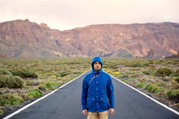 Autostopowicz na pustej drodze