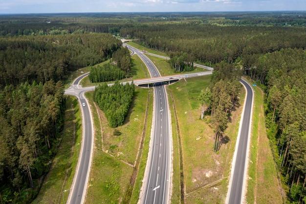 Autostrada a1 via baltica (między wilnem, rygą i tallinem), odcinek drogi obok saulkrasti, łotwa, widok z lotu ptaka