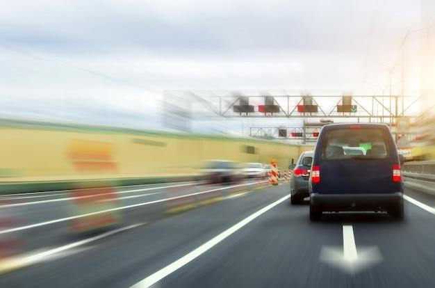 Autostrada dużych prędkości, naprawa prędkości samochodu w tunelu.