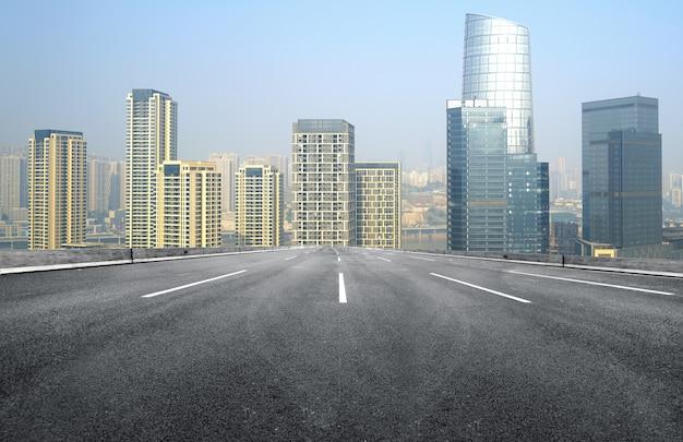 Autostrada i nowoczesna panorama miasta znajdują się w chongqing w chinach.