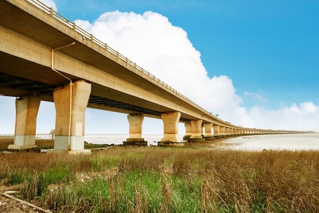 Autostrada i wiadukt pod niebieskim niebem