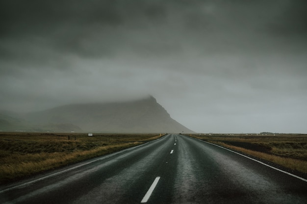 Autostrada na górskiej drodze w pochmurny dzień