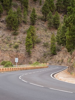 Autostrada otoczona górami