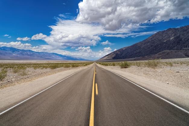 Autostrada prowadząca w kierunku góry