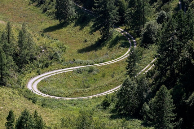 Autostrada przez góry wysokie góry i zielony las w ciepły letni dzień z każdej strony hi
