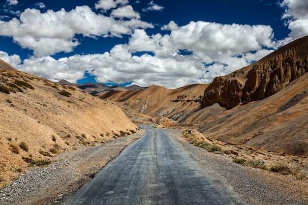 Autostrada trans-himalajska manali-leh. ladakh, jammu i kashm