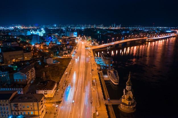 Autostrada w nocy w nowoczesnym mieście