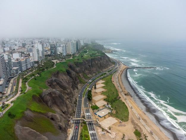 Autostrada wybrzeża costa verde, na wysokości dzielnicy miraflores w mieście lima.