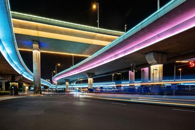 Autostrady i wiadukty w nocy