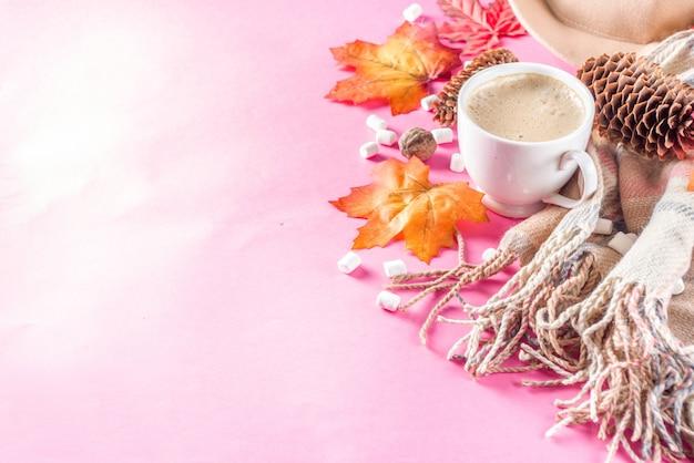 Autumn flatlay z cappuccino lub gorącą czekoladą
