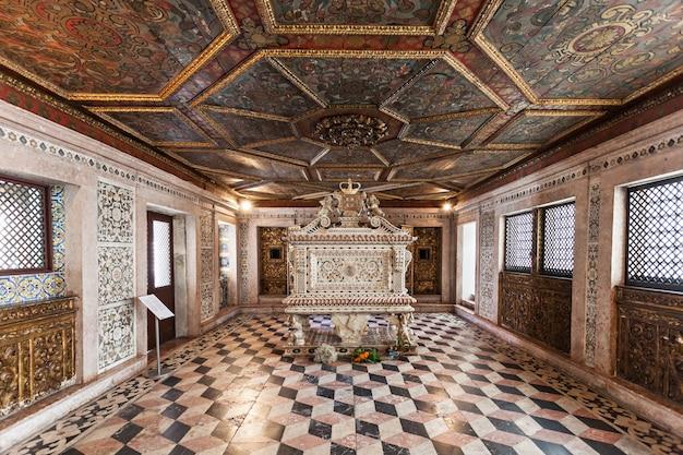 Aveiro, portugalia - 02 lipca: wnętrze muzeum miasta, wcześniej znany jako klasztor jezusa 02 lipca 2014 r. w aveiro, portugalia