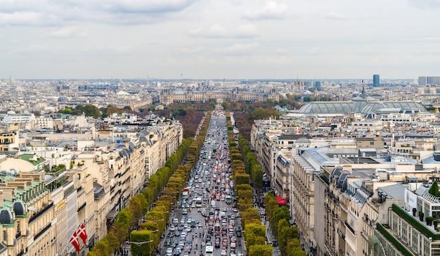 Avenue des champs-elysees widziana z łuku triumfalnego w paryżu