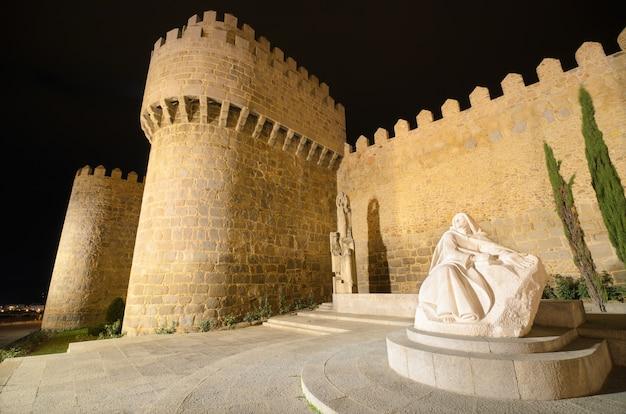Avila nocą, średniowieczne mury miejskie. kastylia i leon, hiszpania.