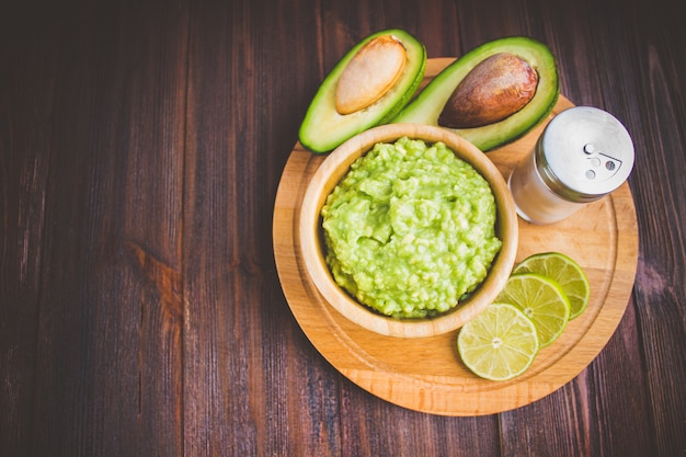 Avocado guacamole na prawdziwej meksykańskiej tradycyjnej procedurze molcajete