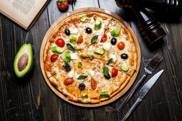 Avocado pizzy serowych pomidorowych basilów pikantność oliwek odgórny widok