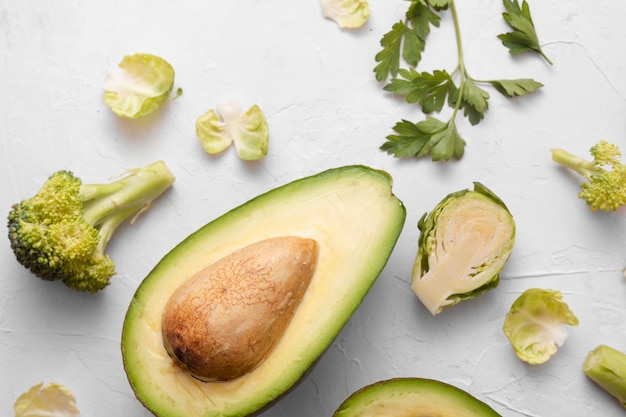 Avocado szpinak i warzywa na białym tle