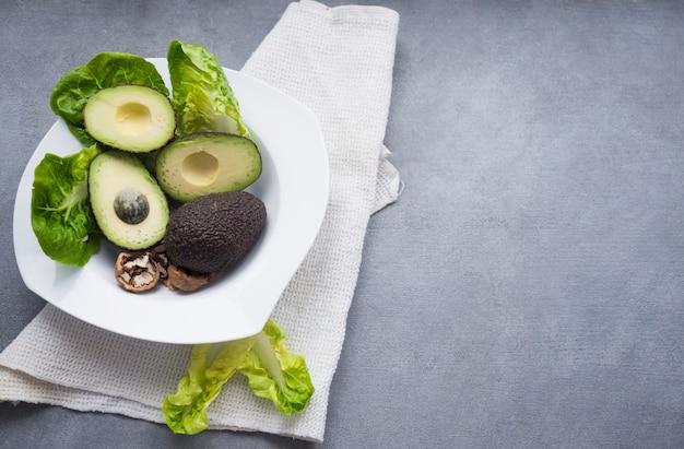 Avocados z sałatą na dużym talerzu