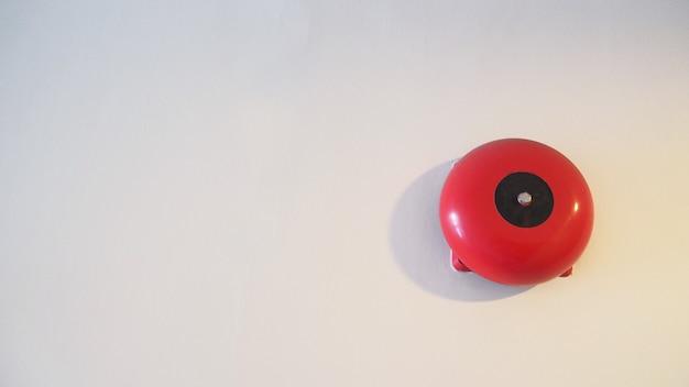 Awaryjny alarm przeciwpożarowy lub sprzęt ostrzegawczy lub dzwonkowy w kolorze czerwonym. jest to dla bezpieczeństwa.