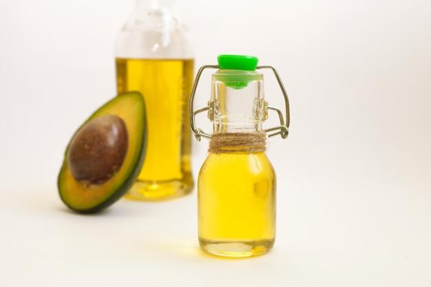 Awokado i olej z awokado w butelce