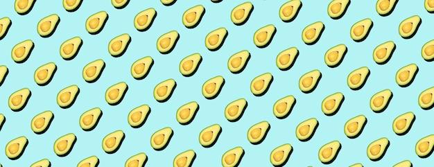 Awokado minimalny wzór tła. awokado na niebieskim tle, koncepcja wzór.