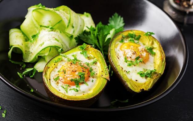 Awokado zapiekane z jajkiem i świeżą sałatką. danie wegetariańskie. dieta ketogeniczna. jedzenie ketonowe