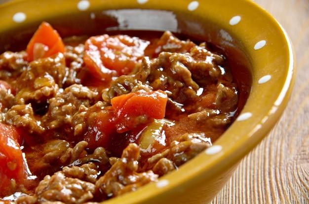 Axoa - tradycyjne danie kraju basków.mielona wołowina z warzywami