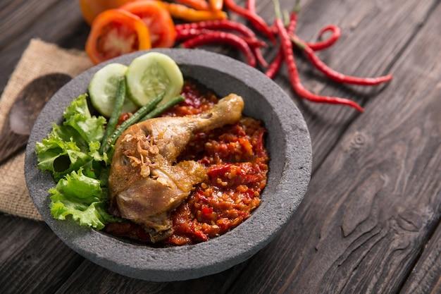 Ayam penyet tradycyjny smażony kurczak