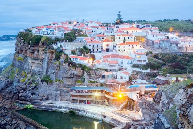 Azenhas do mar wsi o zmierzchu portugalia