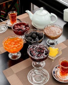 Azerbejdżański zestaw do herbaty z kryształowymi miskami dżemu podawanymi z herbatą