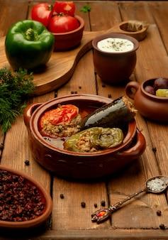Azerbejdżańskie danie trzy siostry dolma z nadziewanym bakłażanem, papryką i pomidorem