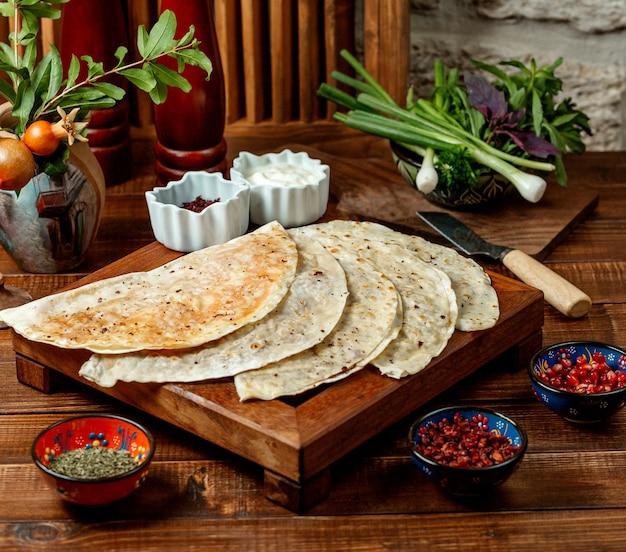 Azerbejdżańskie gutab nadziewane placki z mielonym mięsem i ziołami